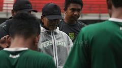 Indosport - Djadjang Nurdjaman mengevaluasi pemain usai pertandingan uji coba, Jumat (22/03/19).