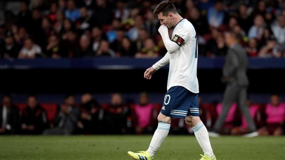 Lionel Messi berjalan dengan langkah gontai usai kalah dari Venezuela Copyright: Burak Akbulut/Anadolu Agency/Getty Images