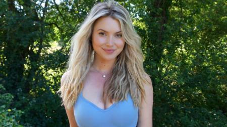Lucy Robson, pemain golf cantik asal Inggris mengajari cara olahraga menggunakan stik golf dengan berpakaian super ketat. - INDOSPORT