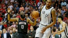 Indosport - Selebrasi pemain megabintang Houston Rockets, James Harden (kiri) saat tampil memukau melawan San Antonio Spurs.