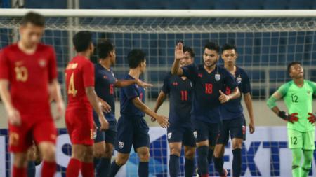 Selebrasi para pemain Thailand U-23 usai mencukur habis Timnas Indonesia U-23 di laga perdana Grup K Kualifikasi Piala Asia U-23 2020, Jumat (22/03/19). - INDOSPORT