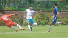 Indosport - Badak Lampung FC (putih) melawan Persebi Boyolali di Lapangan Lestarindo Sport Garden, Sabtu (23/03/19).