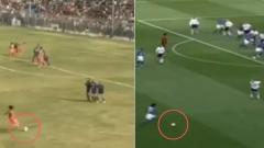 Indosport - Pemain Timnas India Dalima Chhibber melakukan tendangan seperti Ronaldinho
