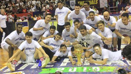 Aksi selebrasi pemain Stapac Jakarta juara IBL.