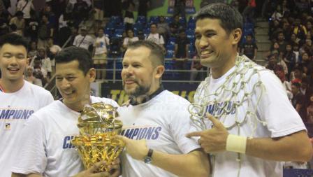 Tersenyum lebar ditunjukan oleh para pemain Stapac Jakarta usai juara IBL.
