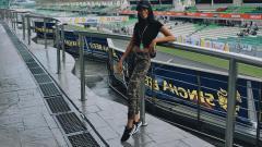 Indosport - Umbrella girl asal Batak, Nasya Marbun turut menjadi sorotan ketika Maverick Vinales sukses menjadi juara di MotoGP Malaysia 2019.