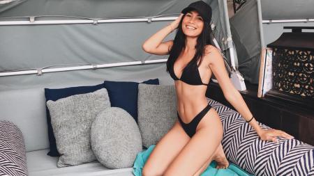 Umbrella Girl berdarah Batak, Nasya Marbun, mendapatkan kesempatan untuk berpose dengan jawara MotoGP 2019, Marc Marquez. - INDOSPORT