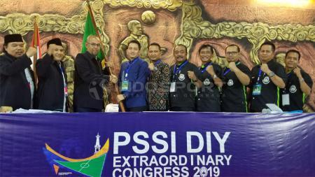 Ahmad Syauqi (kemeja biru) terpilih sebagai Ketua Umum Asprov PSSI DIY dalam KLB di Monumen PSSI, Wisma Soeratin, Yogyakarta, Minggu (24/03/19). - INDOSPORT