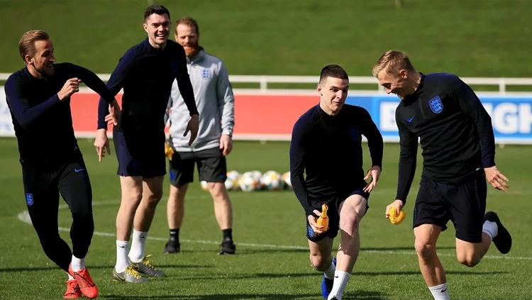 Skuat Timnas Inggris bermain permainan ayam di sesi latihan. Copyright: The Sun
