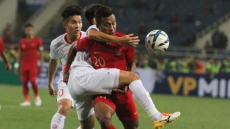 Osvaldo Haay mendapatkan hadangan dari pemain Vietnam. - INDOSPORT