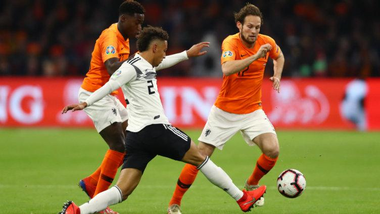 Thilo Kehrer berebut bola dengan Daley Blind. Copyright: Dean Mouhtaropoulos/Getty Images