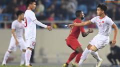Indosport - Pemain Vietnam memberikan coretak kertas formasi