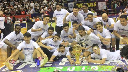 Para pemain Stapac Jakarta melakukan selebrasi sebagai  juara IBL 2018/19.