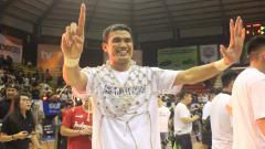 Indosport - Pemain senior Stapac Jakarta, Isman Thoyib ikut merayakan kemenangan
