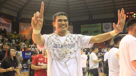 Pemain senior Stapac Jakarta, Isman Thoyib ikut merayakan kemenangan