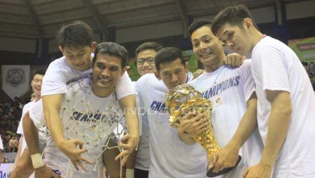 Sesi foto para pemain Stapac Jakarta dan trofi IBL