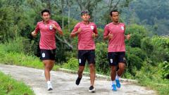 Indosport - Pemain PSIS Semarang jalani latihan lewat pedesaan