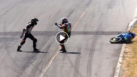 Dua Rider saling baku hantam di atas lintasan balapan - INDOSPORT