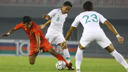 Evan Dimas berduel dengan lawan ketika Timnas Myanmar vs Timnas Indonesia di laga uji coba internasional FIFA, Senin (25/03/19). - INDOSPORT