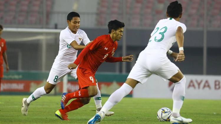 Evan Dimas berusaha menghentikan lawan ketika Timnas Myanmar vs Timnas Indonesia di laga uji coba internasional FIFA, Senin (25/03/19). Copyright: PSSI
