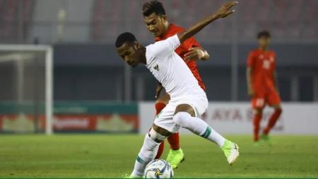 Ruben Sanadi dibayangi lawan ketika Timnas Myanmar vs Timnas Indonesia di laga uji coba internasional FIFA, Senin (25/03/19). - INDOSPORT