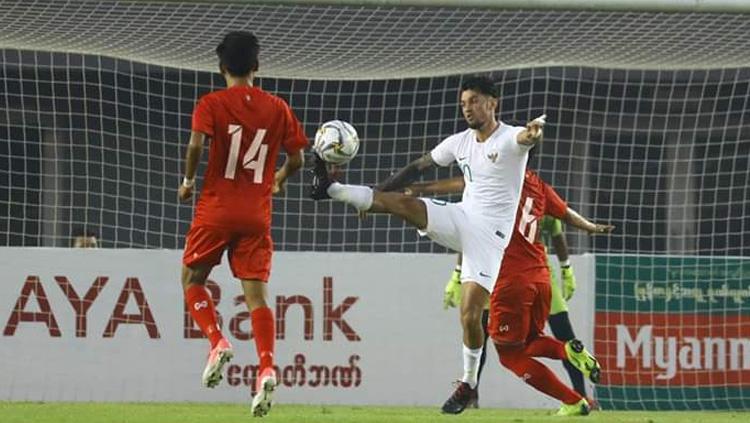 Stefano Lilipaly mengontrol bola saat Timnas Myanmar vs Timnas Indonesia di laga uji coba internasional FIFA, Senin (25/03/19). Copyright: PSSI