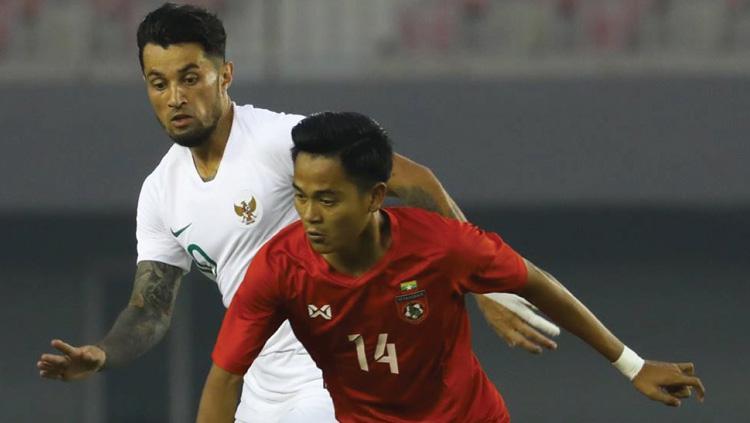 Stefano Lilipaly membayangi lawan saat Timnas Myanmar vs Timnas Indonesia di laga uji coba internasional FIFA, Senin (25/03/19). Copyright: Twitter/@theafcdotcom