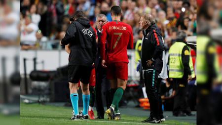 Kapten Timnas Portugal Cristiano Ronaldo ditarik keluar. - INDOSPORT