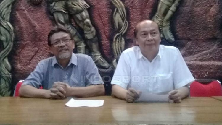 Sekretaris PSIM Yogyakarta, Jarot Sri Kastawa dan Penguasaha asal Jakarta, Bambang Susanto memberikan keterangan soal menjadi investor PSIM Yogyakarta di Wisma PSIM, Selasa (26/03/19). Copyright: Ronald Seger Prabowo/INDOSPORT