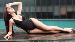 Indosport - Selebritas Indonesia, Lucinta Luna berpose di sisi kolam renang.