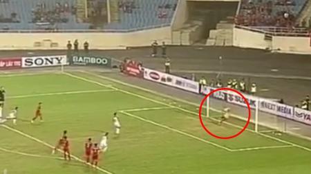 Dimas Drajad menepis tendangan penalti pemain Brunei Darussalam. - INDOSPORT