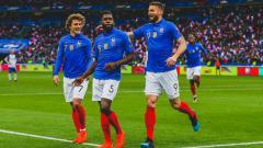 Indosport - Samuel Umtiti merayakan gol bersama Antoine Griezmann dan Olivier Giroud saat Timnas Prancis menghadapi Islandia, Selasa (26/03/19) dini hari WIB.