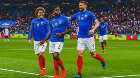 Samuel Umtiti merayakan gol bersama Antoine Griezmann dan Olivier Giroud saat Timnas Prancis menghadapi Islandia, Selasa (26/03/19) dini hari WIB. - INDOSPORT