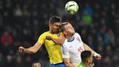 Indosport - Casemiro menanduk bola saat pertandingan Republik Ceko vs Brasil, Rabu (27/03/19).