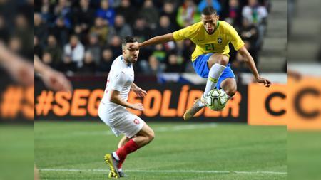 Richarlison melewati pemain lawan pada partai Republik Ceko vs Brasil, Rabu (27/03/19). - INDOSPORT