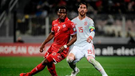 Sergio Ramos (kanan) tempel ketat Joseph Mbong di laga Malta vs Spanyol, Rabu (27/03/19) dini hari. - INDOSPORT
