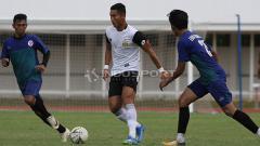 Indosport - Pemain Bhayangkara FC, Jajang Mulyana (tengah) mendapat penjagaan dari dua pemain PPLM Ragunan dalam laga uji coba di Stadion Madya, Senayan, Selasa (26/03/19).