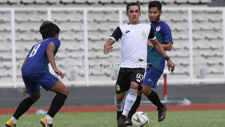 Pemain asing Bhayangkara FC, Esquerdinha (tengah) dijaga ketat pemain PPLM Ragunan dalam laga uji coba di Stadion Madya, Senayan, Selasa (26/03/19).