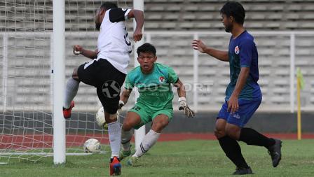 Pemain Bhayangkara FC, M Nur Iskandar (kiri) saat melepaskan tendangan ke gawang PPLM Ragunan dalam laga uji coba di Stadion Madya, Senayan, Selasa (26/03/19). Nur Iskandar mencetak 1 gol dalam pertandingan tersebut.