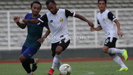 Pemain Bhayangkara FC, M Nur Iskandar (kiri) saat mencoba melewati hadangan pemain PPLM Ragunan dalam laga uji coba di Stadion Madya, Senayan, Selasa (26/03/19).