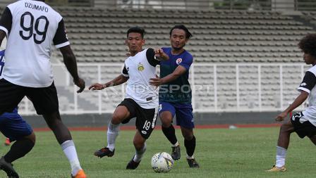 Pemain Bhayangkara FC, TM Ichsan (tengah) saat mencoba melewati hadangan pemain PPLM Ragunan dalam laga uji coba di Stadion Madya, Senayan, Selasa (26/03/19).
