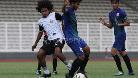 Pemain Bhayangkara FC saat berebut bola dengan pemain PPLM Ragunan dalam laga uji coba di Stadion Madya, Senayan, Selasa (26/03/19).