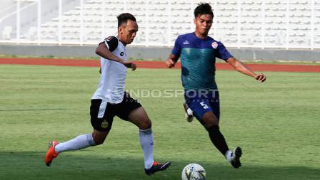 Pemain Bhayangkara FC (kiri) saat mencoba melewati hadangan pemain PPLM Ragunan dalam laga uji coba di Stadion Madya, Senayan, Selasa (26/03/19).