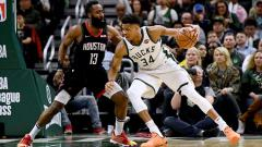 Indosport - Pemain Megabintang Rockets, James Harden (kiri) vs Giannis Antetokounmpo, pemain bintang Bucks.