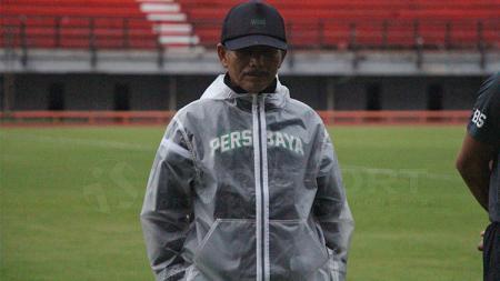 Djajang Nurdjaman memimpin latihan Persebaya Surabaya di Stadion GBT. - INDOSPORT