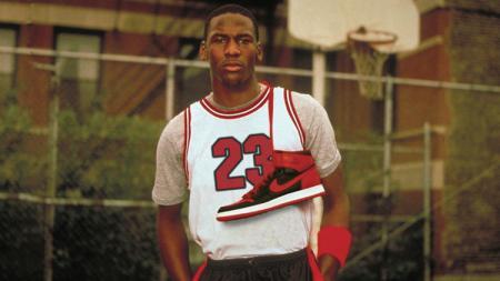 Michael Jordan berpose dengan sepatu Nike Air Jordan I. - INDOSPORT