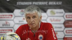 Indosport - Pelatih Persija, Ivan Kolev pada jumpa pers jelang babak 8 besar Piala Presiden 2019 lawan Kalteng Putra di stadion Patriot, Rabu (27/03/19).