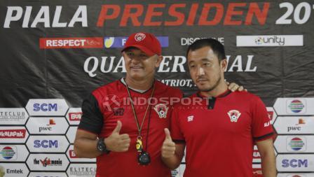 Pelatih Kalteng Putera, Mario Gomes de Oliviera dan pemainnya Yoo Hyun-koo pada jumpa pers jelang babak 8 besar Piala Presiden 2019 di stadion Patriot, Rabu (27/03/19).