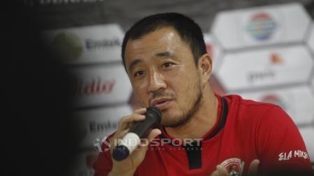Pemain Kalteng Putra, Yuu Hyun-koo pada jumpa pers jelang babak 8 besar Piala Presiden 2019 di stadion Patriot, Rabu (27/03/19). - INDOSPORT