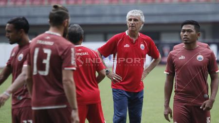 Pelatih Persija Jakarta, Ivan Kolev saat memimpin latihan jelang 8 Besar Piala Presiden 2019. - INDOSPORT
